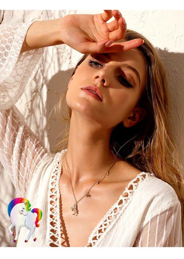 Une jeune femme la tête en arrière qui porte un Collier de larme de licorne a son cou
