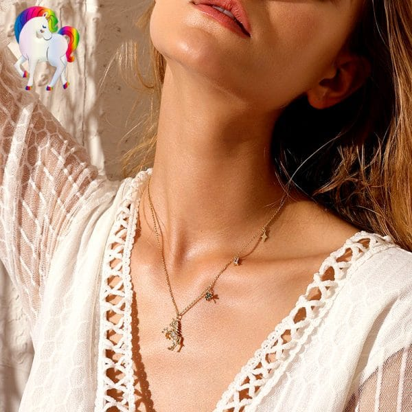 Une jeune femme qui porte un Collier de larme de licorne a son cou