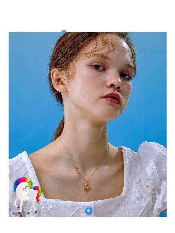 Vu de prêt d'une jeune fille qui porte un Collier licorne étoile lune