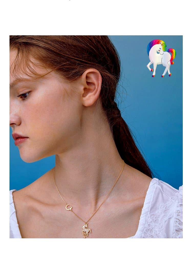 Jeune fille qui porte un Collier licorne étoile lune au cou