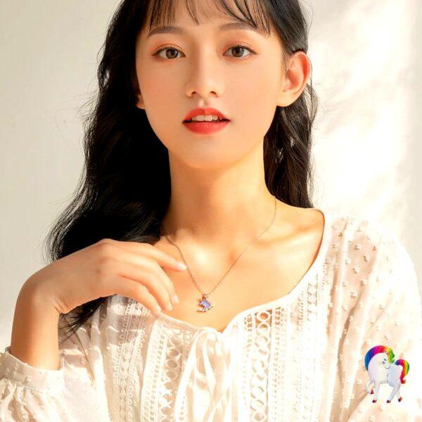 Jeune femme qui porte un Collier licorne en argent au cou