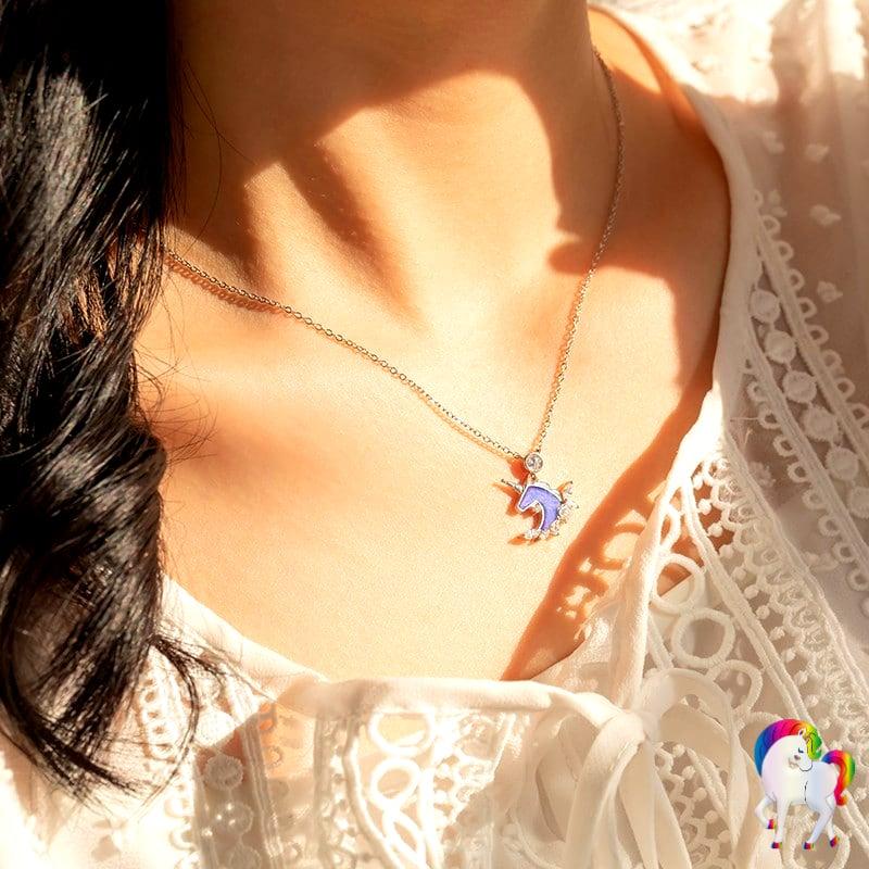 Jeune femme qui porte un Collier licorne en argent vu de très prêt