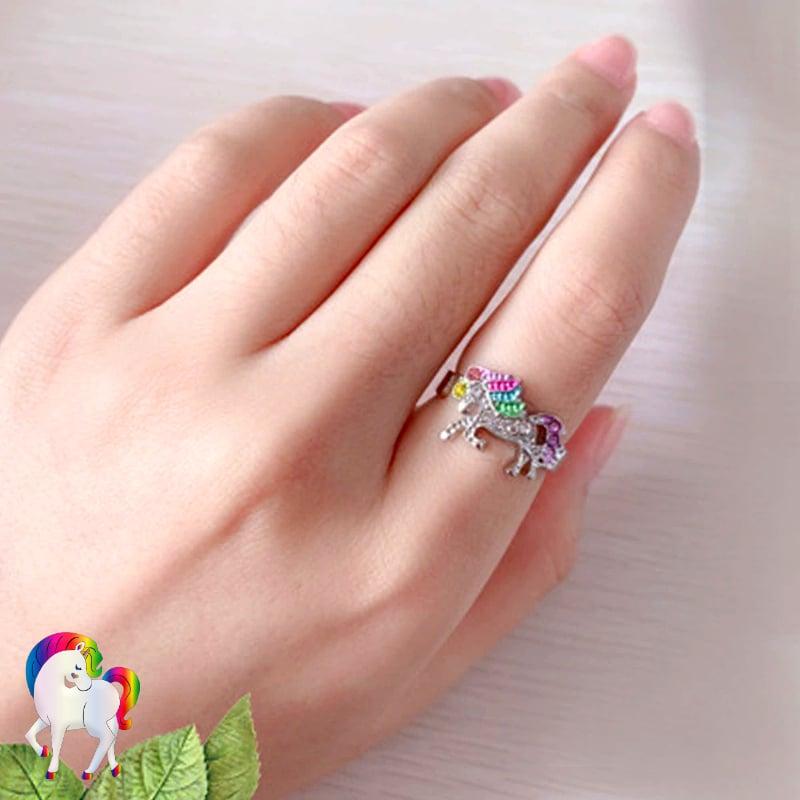 Ensemble de Bijoux Licorne arc-en-ciel Bague sur une main