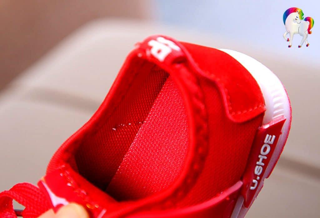 Baskets lumineuses licornes rouge vue de dessus du talon de prêt