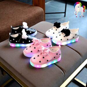 Baskets lumineuses filles licornes rose, noir, blanche sur une chaise